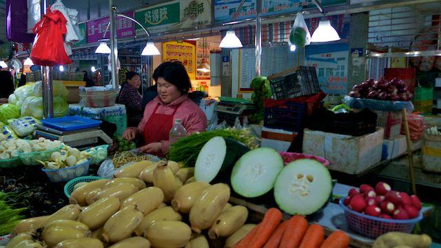 Paysanne vendant ses légumes dans un petit marché du nord de Shanghai, tout près de la gare.
