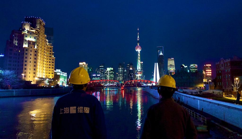 Ouvriers admirant le pont Waibadu et la Pearl Tower, mis en lumière par Citelum ©Urbain, trop urbain
