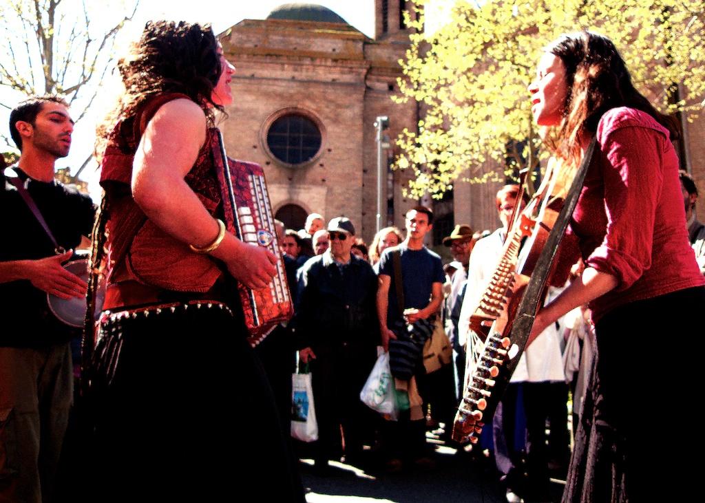 Chanteuses au marché — ©Urbain, trop urbain