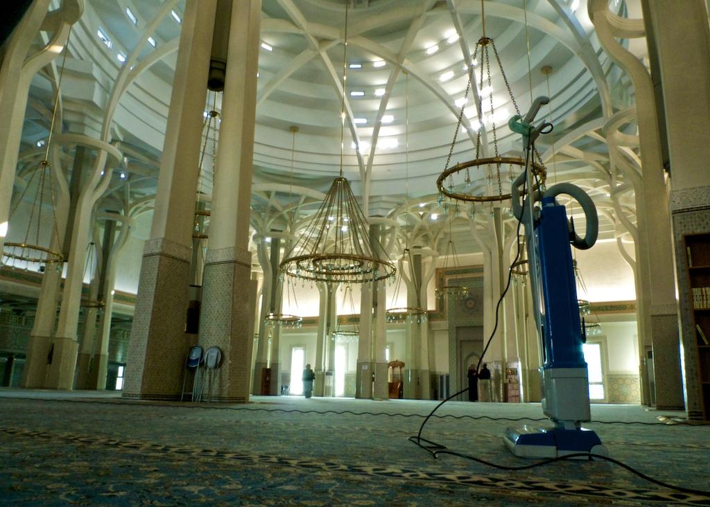 L'aspirateur sur les tapis de la grande mosquée de Rome — ©Urbain, trop urbain