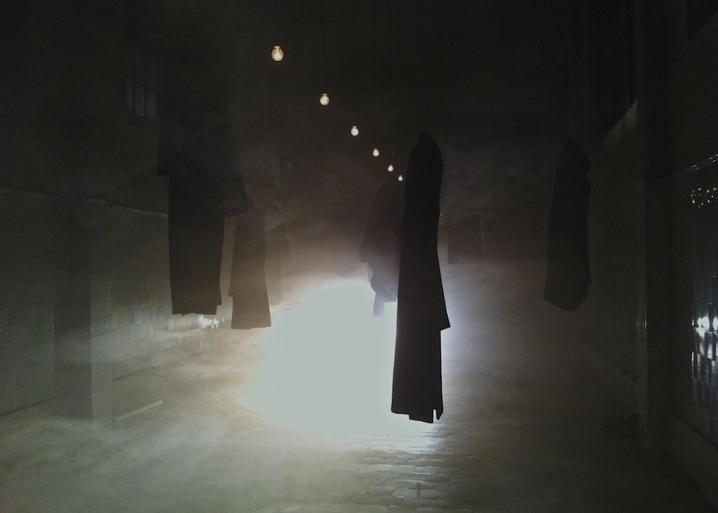 Les manteaux suspendus de l'exposition Migrantes, Buenos Aires/Boltanski