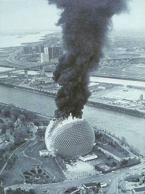 Montréal Biosphère (Buckminster Fuller) in flames, photography by Doug Lehman 1976