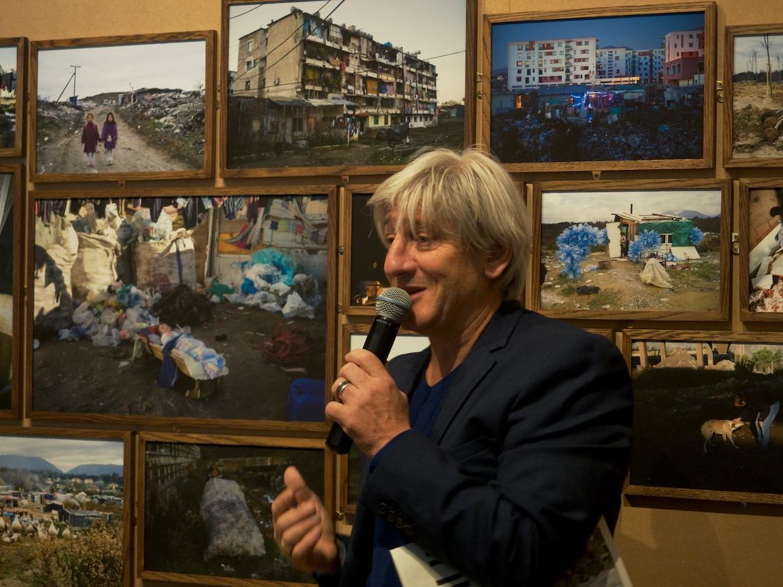 Franck Pourcel présentant son travail photographique en Albanie — ©Matthieu Duperrex