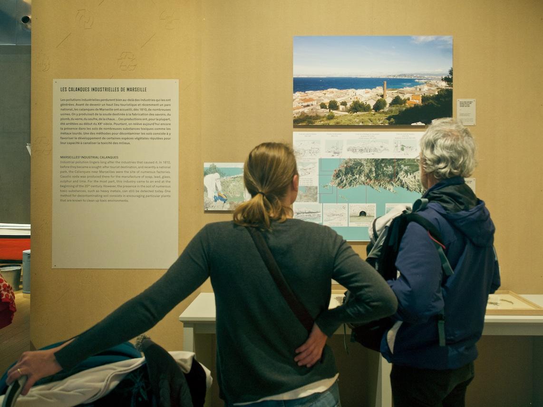 Visiteurs marseillais devant la cartographie des pollutions héritées par l'industrialisation des calanques — ©Matthieu Duperrex