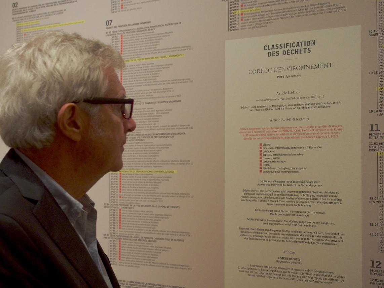 Denis Chevallier, commissaire général d'exposition, devant la nomenclature des déchets — ©Matthieu Duperrex
