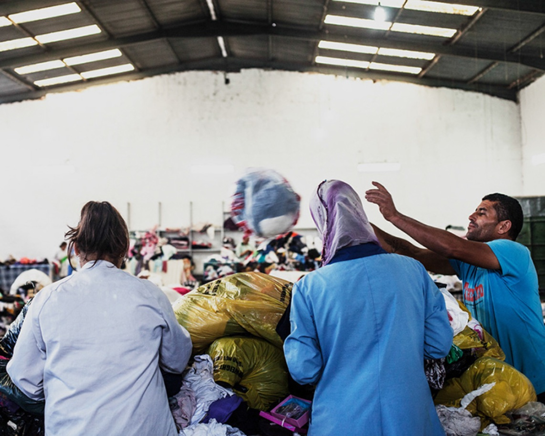 Tri de fripe dans une usine de Tunis — ©Stefanos Mangriotis