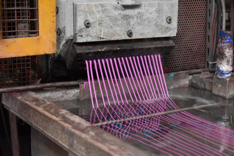 Étape de fabrication des granulés (mélange maître) qui servent à teinter les produits, Avril 2017. Tupperware, usine Tupperware de Joué-lès-Tours © madd Bordeaux – M. Delanne