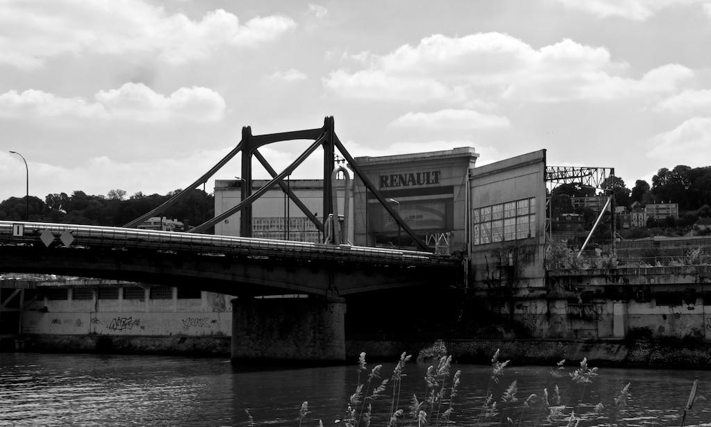 La porte de l'ancienne usine Renault sur l'île Seguin—©Urbain, trop urbain