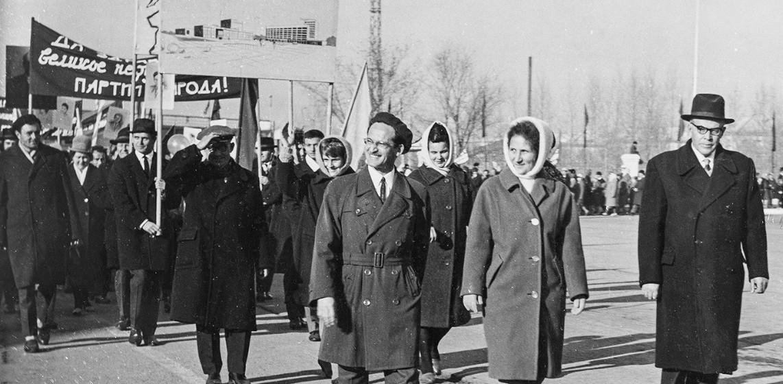 Semion Vinograd en tête de la délégation des architectes de la ville, 1er mai 1972